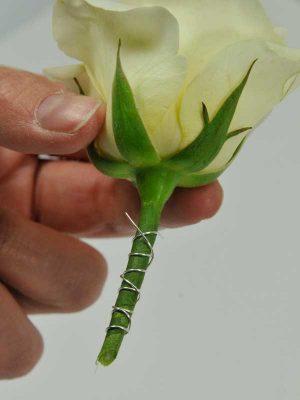 foto5: En daarna weer terug van beneden naar boven zodat de uiteinden van het wikkeldraad een soort weerhaak vormen waarmee de bloem(en) achter de rubber afsluitring blijven hangen