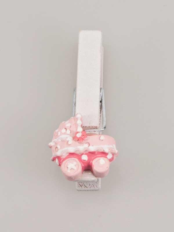 Leuke decoratie op een geboortegeschenk, een wasknijper met een kinderwagentje er op geplakt.