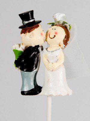 Bruidspaar op steker - kussend - huwelijk