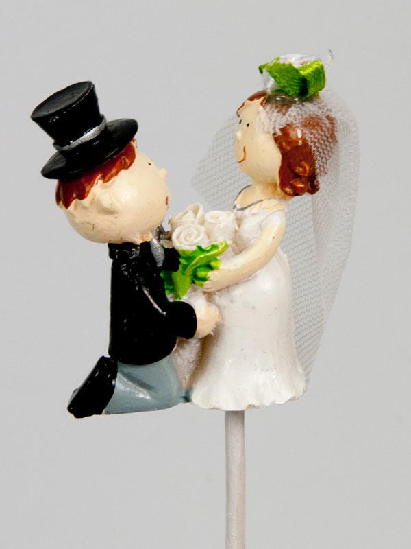 bruidspaar op steker - knielend - huwelijk