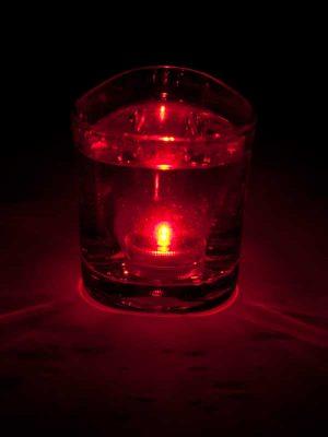 Het LED lampje brandt onder water, kleur rood