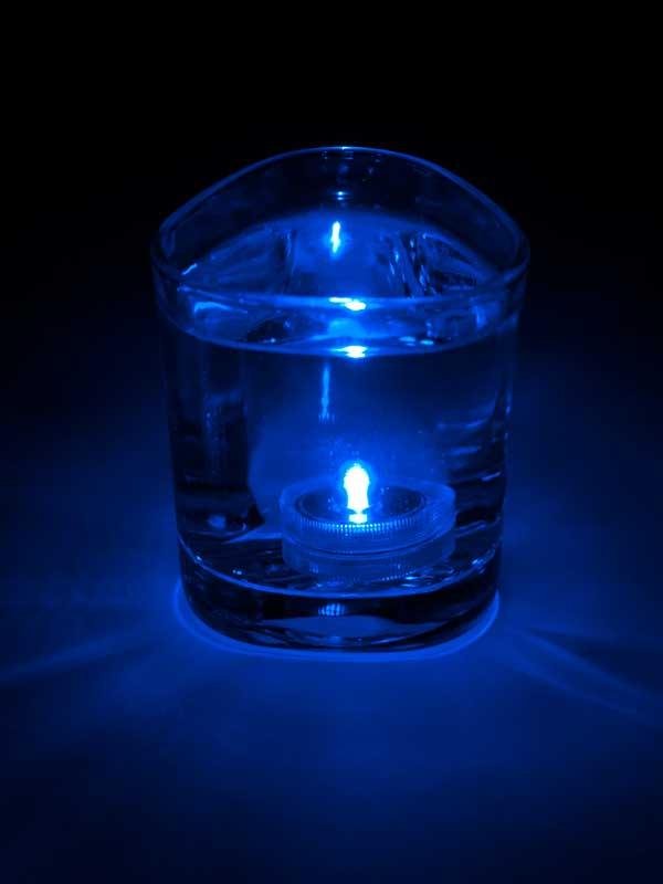 Het LED lampje brandt onder water, kleur blauw