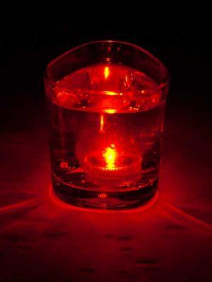 Het oranje LED lampje brandt onder water