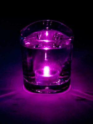 Het roze LED lampje brandt onder water