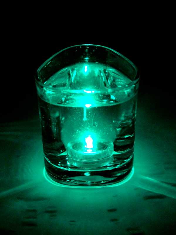Het turquoise LED lampje brandt onder water