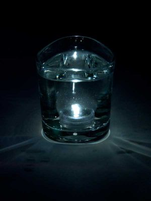 Het LED lampje brandt onder water, kleur wit