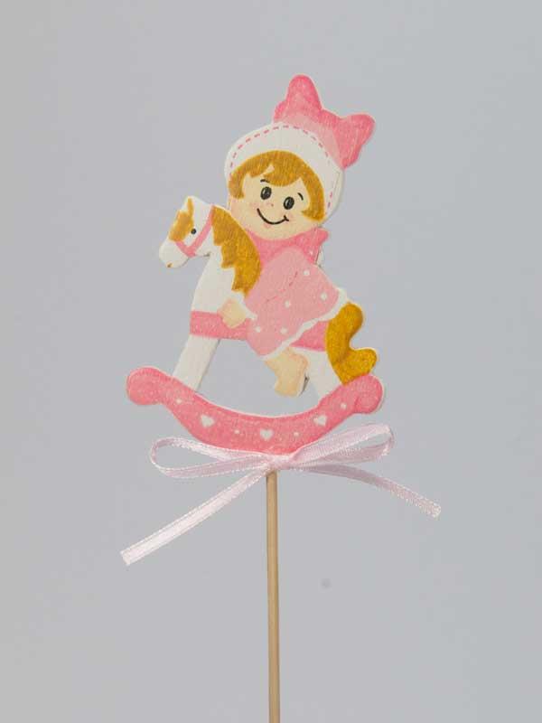 Mooi gedetailleerde op hout geschilderde afbeelding van een meisje op een hobbelpaard,op stok gemonteerd. Te gebruiken als bijsteker voor een geboortecadeau.
