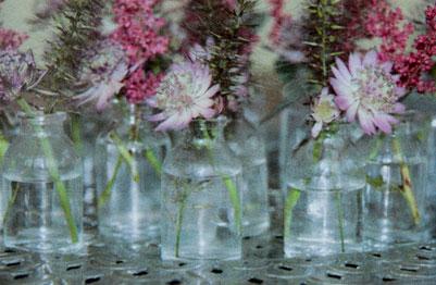 voorbeeld van glazen- miniflesjes met bloemen