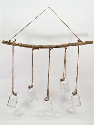 flesjes hangend aan een houten tak