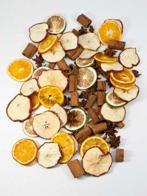 fruit en kruidenmix. Je ziet sinaasappel, appel, steranijs, kaneelpijpjes