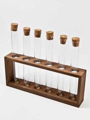 houten rekje met 6 glazen buisjes met kurk