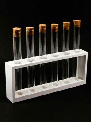 houten rekje met glazen buisjes