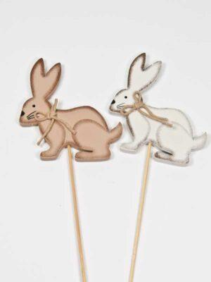 een wit en een bruin konijntje op stok